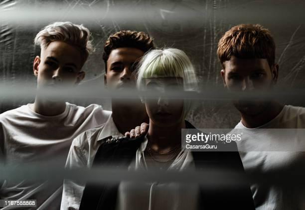 dunkles porträt der gruppe junger modischer erwachsener - aktmodel stock-fotos und bilder