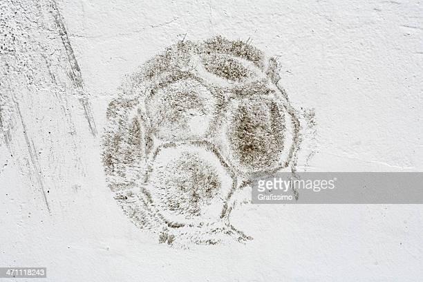 Oscuridad impresión de pelota de fútbol en blanco en la pared
