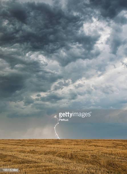 Dunkle Wolken und Blitz