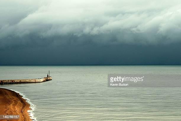 dark storm coulds over english channel - bras de mer caractéristiques côtières photos et images de collection