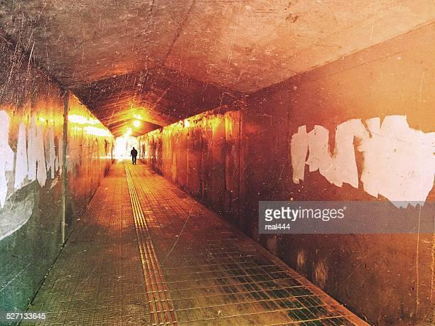 passage undergorund sombre avec lumière