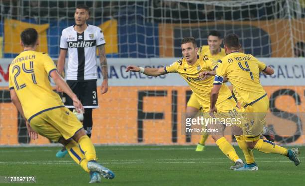 Darko Lazovic of Hellas Verona celebrates with his team-mates after scoring the opening goal during the Serie A match between Parma Calcio and Hellas...