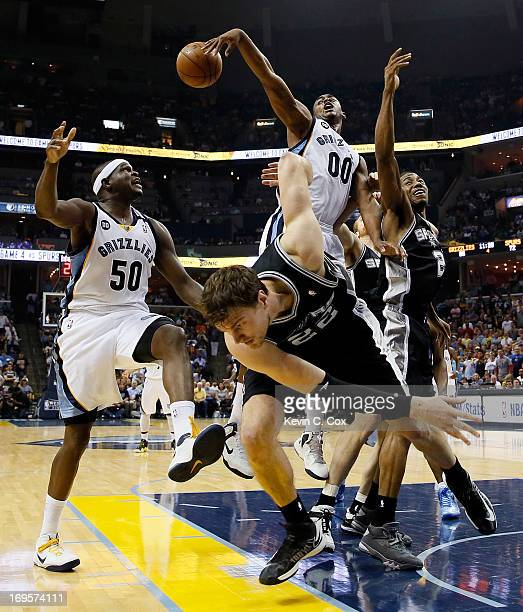 Darrell Arthur and Zach Randolph of the Memphis Grizzlies go for the ball against Tiago Splitter of the San Antonio Spurs in the second half during...