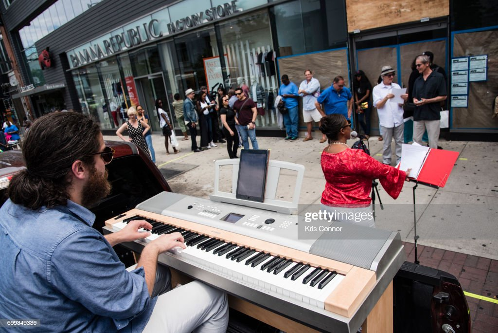 Make Music Day New York: Ella Fitzgerald Piano Bar Throughout Historic Harlem : Fotografía de noticias