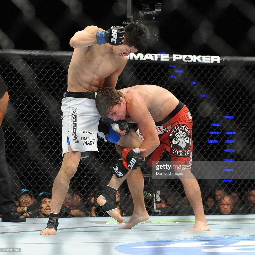 Darren Elkins goes for a single leg takedown of Hatsu Hioki during a