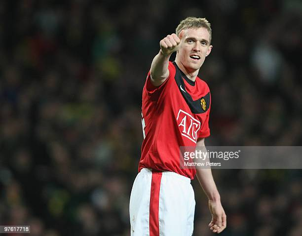 Darren Fletcher of Manchester United celebrates scoring their fourth goal during the UEFA Champions League First Knockout Round Second Leg match...