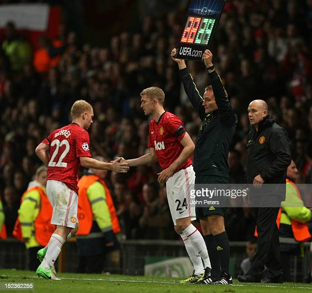 Darren Fletcher of Manchester United comes on as a substitute for Paul Scholes after being out injured for ten months during the UEFA Champions...