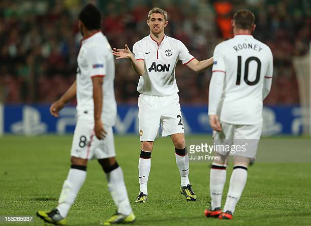 Darren Fletcher of Manchester United gives instructions during the UEFA Champions League Group H match between CFR 1907 Cluj and Manchester United at...