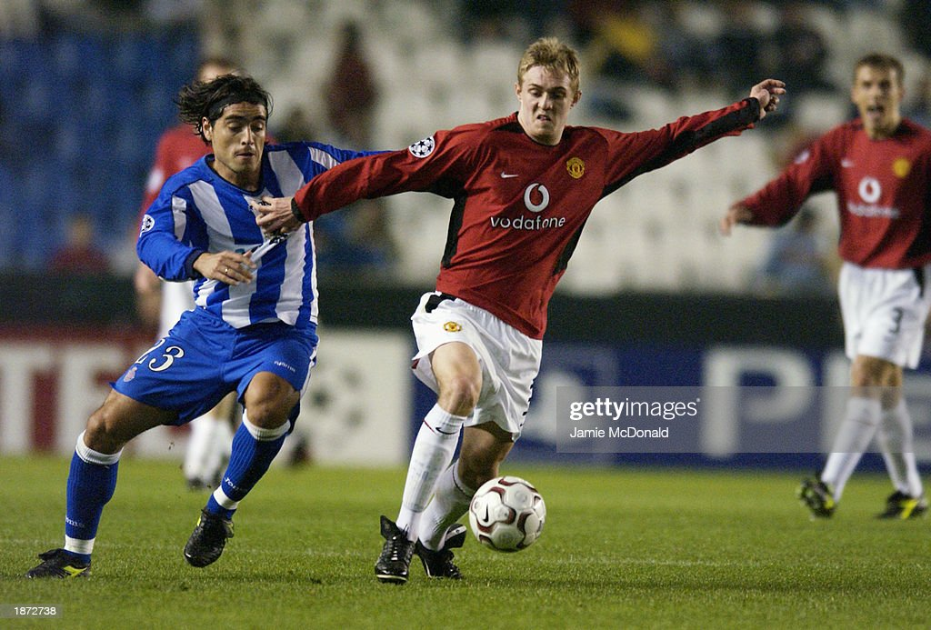 Darren Fletcher of Manchester United and Pedro Duscher of Deportivo La Coruna : News Photo
