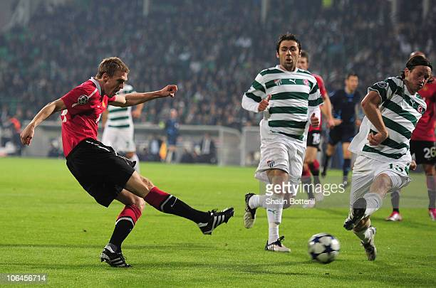 Darren Fletcher of Manchester United scores during the UEFA Champions League Group C match between Bursapor Kulubu and Manchester United at the Bursa...