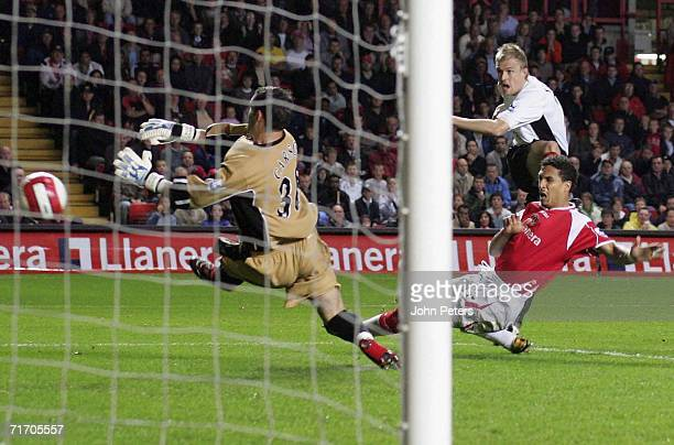 Darren Fletcher of Manchester United scores the first goal during the Barclays Premiership match between Charlton Athletic and Manchester United at...