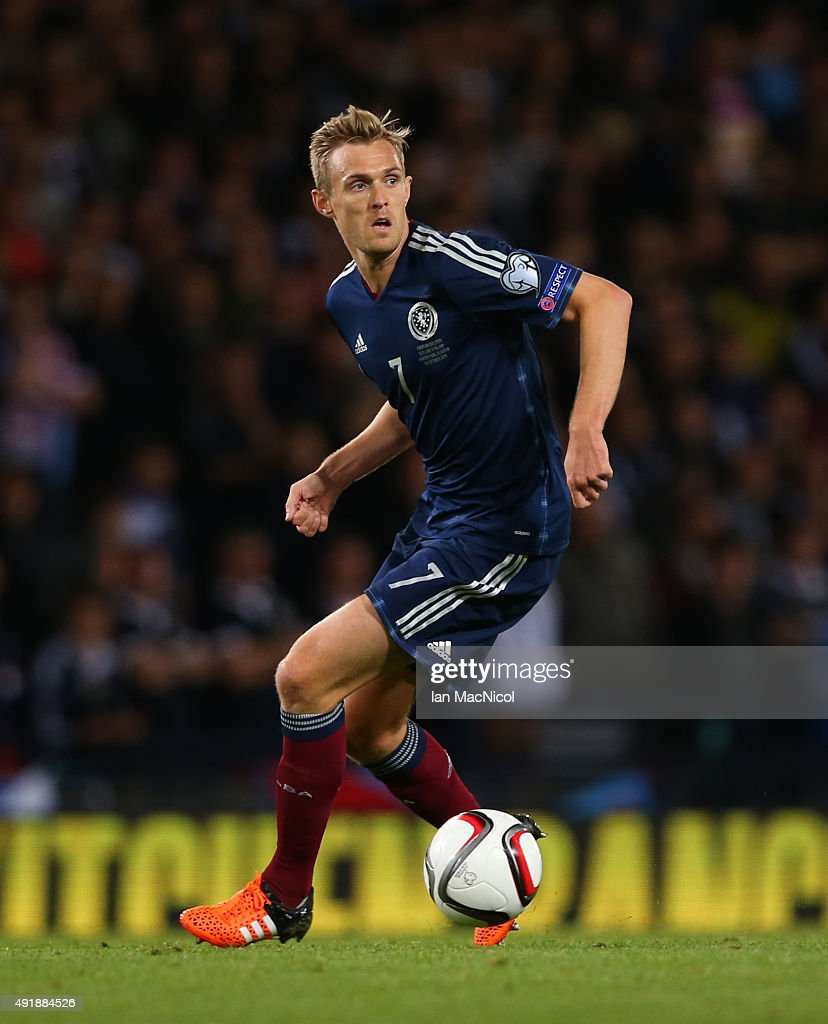 Darren Fletcher of Scotland controls the ball during the UEFA EURO 2016 qualifier between Scotland and Poland at Hampden Park on October 08, 2015 in Glasgow, Scotland.