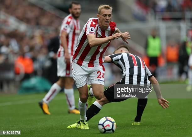 Darren Fletcher of Stoke City evades Matt Ritchie of Newcastle United during the Premier League match between Newcastle United and Stoke City at St...