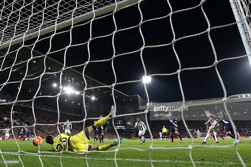 Darren Fletcher (R) of West Bromwich Albion heads the ball to score his team's first goal during the Barclays Premier League match between West Bromwich Albion and Newcastle United at The Hawthorns on December 28, 2015 in West Bromwich, England.