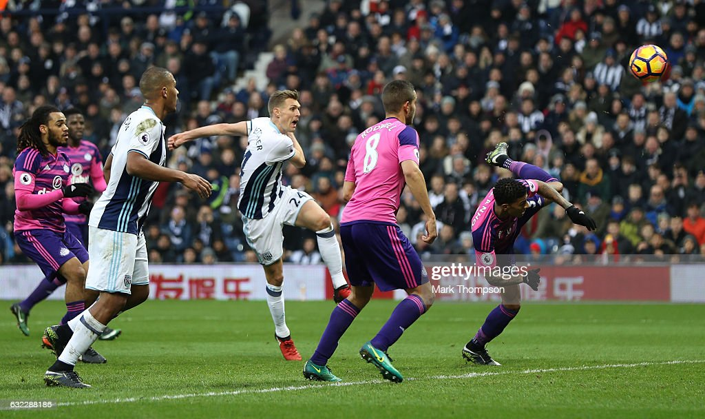 Darren Fletcher of West Bromwich Albion (L) scores his sides first goal during the Premier League match between West Bromwich Albion and Sunderland at The Hawthorns on January 21, 2017 in West Bromwich, England.