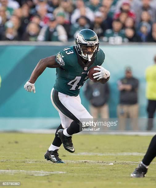 5fe4117f170 Darren Sproles of the Philadelphia Eagles runs the ball against the Atlanta  Falcons at Lincoln Financial
