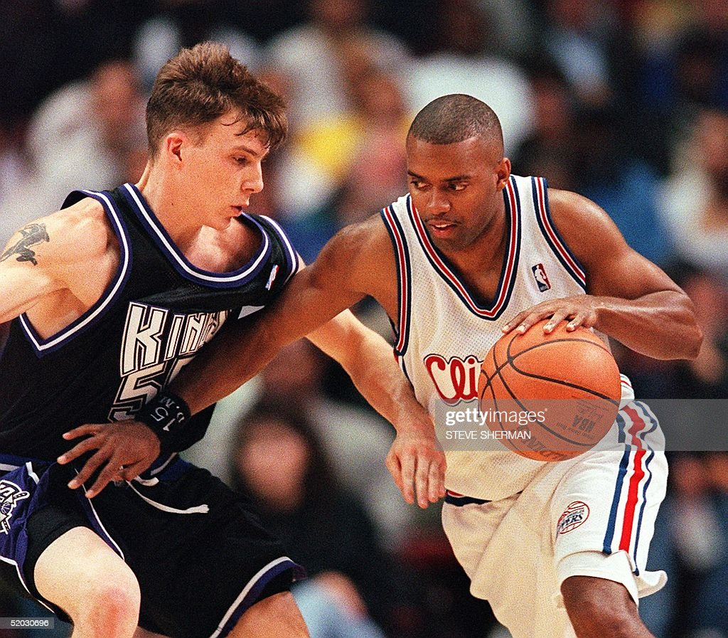 Darrick Martin of the Los Angeles Clippers (R) drives past Jason Williams of the Sacramento Kings during their 11 March 1999 game in Los Angeles, Ca. The Clippers won the game, 106-92, to record their first win of the season. AFP PHOTO Steve Sherman