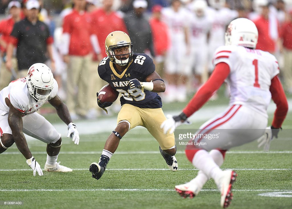 Darryl Bonner #29 of the Navy Midshipmen runs down field with the ball in the first quarter during a football game against the Houston Cougars at Navy-Marines Memorial Stadium on October 8, 2016 in Annapolis, Maryland.