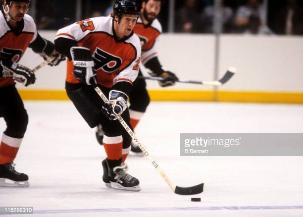 Darryl Sittler of the Philadelphia Flyers skates with the puck during an NHL preseason game against the New York Rangers in September 1983 at the...