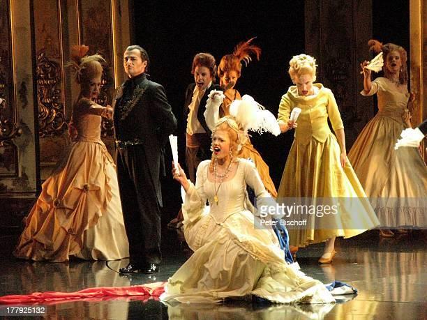 Darsteller Musical 'Marie Antoinette' 'Musical Theater Bremen' Deutschland Europa Bühne Auftritt Kostüm sexy Dekollete Perücke Kleider RokokoKleid...