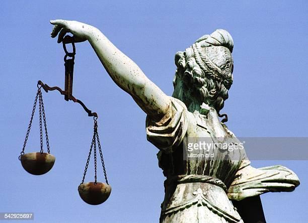 Darstellung der römischen Göttin der Gerechtigkeit Justitia von hinten Justiz Recht Rechtsprechung Rückansicht Symbol