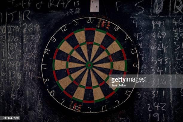 a dart board and chalk board - darts stockfoto's en -beelden