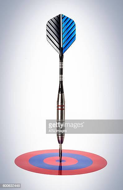 dart in small target - darts imagens e fotografias de stock