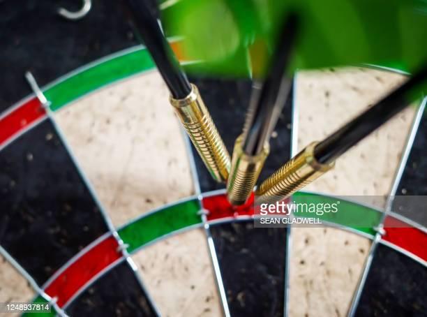 dartboard treble darts - punkten stock-fotos und bilder