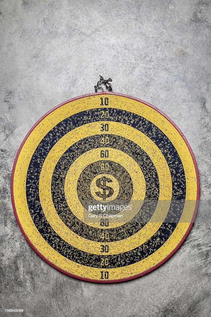 Dartboard with a dollar sign center : Bildbanksbilder