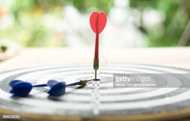 darts arrows in the target center - punkten stock-fotos und bilder