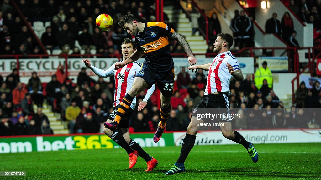 Daryl Murphy of Newcastle United (33) scores Newcastle's second goal during the Championship Match between Brentford and Newcastle United at Griffin Park on January 14, 2017 in Brentford, England.