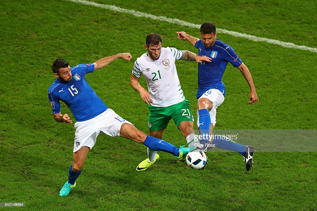 Daryl Murphy (C) of Republic of Ireland competes for the ball against Andrea Barzagli (L) and Thiago Motta (R) of Italy during the UEFA EURO 2016 Group E match between Italy and Republic of Ireland at Stade Pierre-Mauroy on June 22, 2016 in Lille, France.