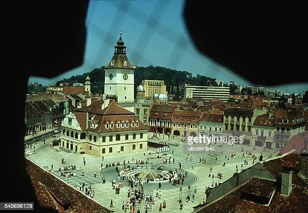 Das Alte Rathaus mit dem großen Platz inder Altstadt von Brasov / Kronstadt 00051990