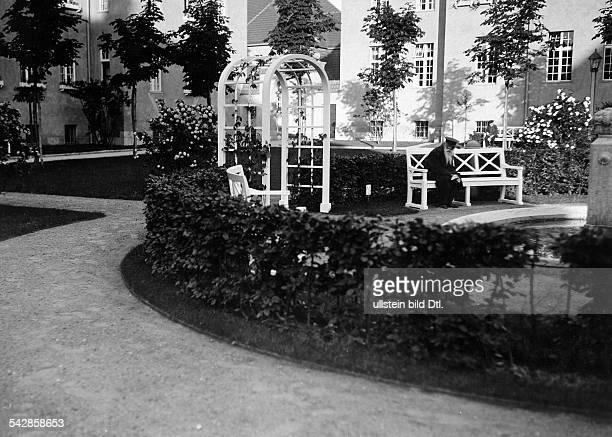 Das AlteLeuteHeim Buch Anstalt für Hospitaliten erbaut 1905 bis 1909 von Architekt Ludwig Hoffmann Grünflächen mit Springbrunnen und Gartenbänken...