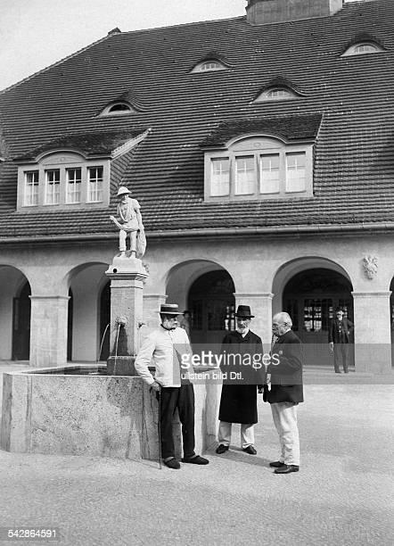Das AlteLeuteHeim Buch Anstalt für Hospitaliten erbaut 1905 bis 1909 von Architekt Ludwig Hoffmann Drei alte Männer unterhalten sich an einem...