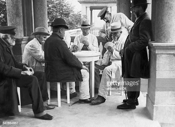 Das AlteLeuteHeim Buch Anstalt für Hospitaliten erbaut 1905 bis 1909 von Architekt Ludwig Hoffmann Alte Männer beim Kartenspiel undatiert vermutlich...