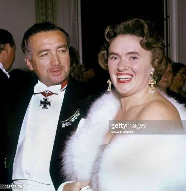 Das Archivbild vom 8 Mai 1958 zeigt Erich Mende und seine Frau Margot bei einem festlichen Empfang im Barockschloß von Brühl Der frühere...