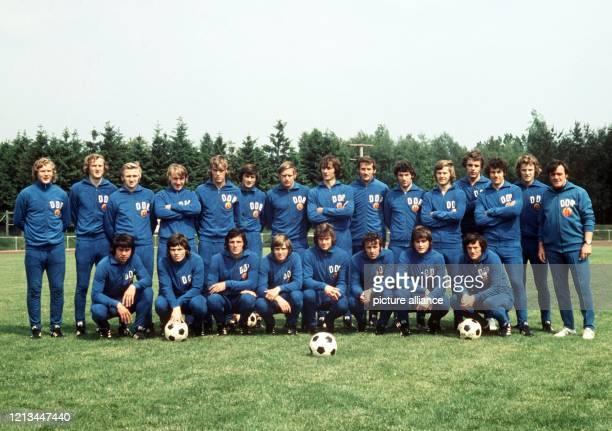 Das Archivfoto von 1974 zeigt die DDR-Fußballnationalmannschaft; Stehend : Gerd Kische, Hans-Jürgen Kreische, Siegmar Wätzlich, Joachim Streich,...