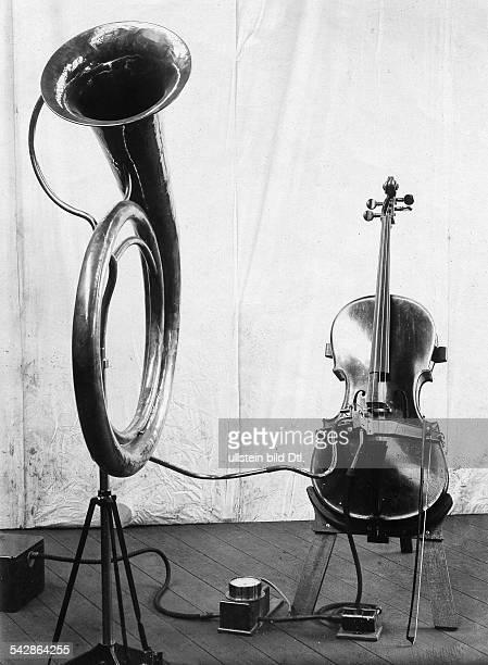 Das Auxetophon, eine Kombination von Streichinstrument und trompetenartigem Schallrohr, des britischen Erfinders Charles Algernon Parsons- undatiert,...