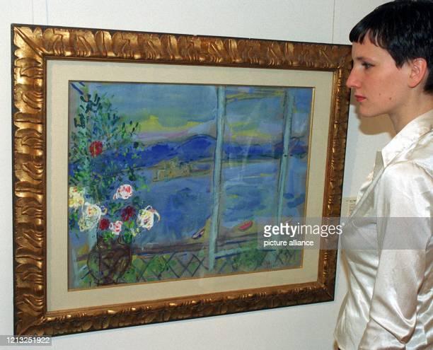 Das Bild La Fenetre von Marc Chagall wird am 3051997 von einer jungen Dame in der Villa Grisebach in Berlin betrachtet Die in strahlendes Blau...