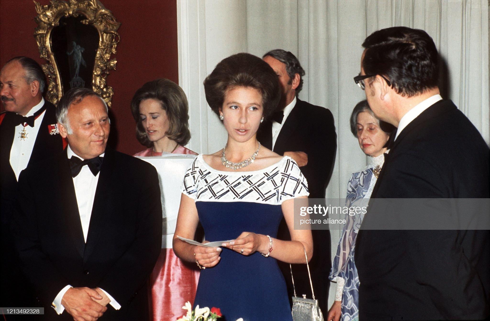 Prinzessin Anne macht gute Figur im Kleid von 1973 : News Photo