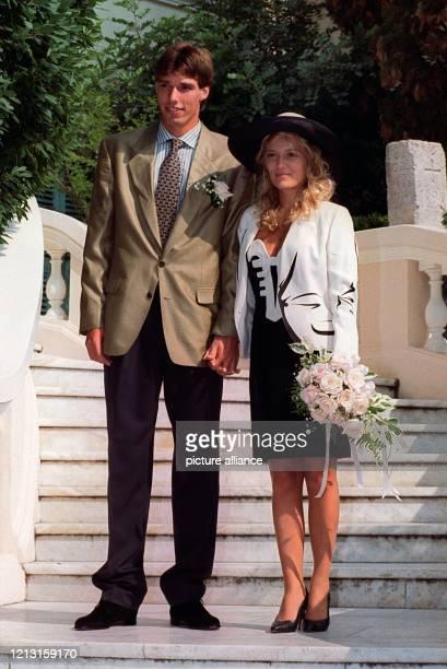 Das Brautpaar auf der Treppe vor dem Standesamt in Monte Carlo Der deutsche Tennisspieler Michael Stich und seine Freundin Jessica Stockmann haben am...