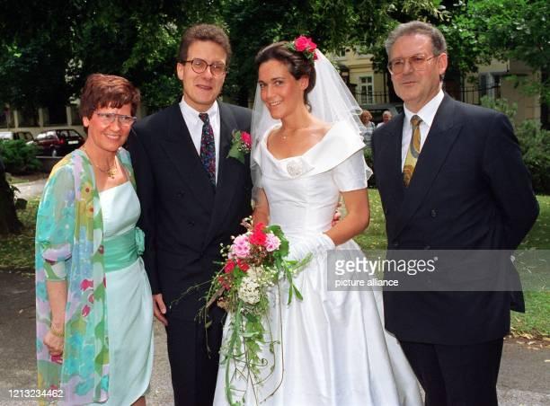Das Brautpaar Claudia und Stefan Dyckerhoff mit den Brauteltern Rita und Hans Süssmuth beim offiziellen Hochzeitsfoto vor einer Bonner Kirche Claudia...