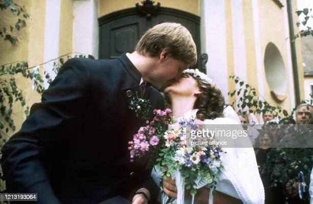 Das Brautpaar küsst sich vor der Kirche Nahezu ein halbes Jahr nach ihrer standesamtlichen Trauung haben der deutsche HandballNationalspieler Erhard...