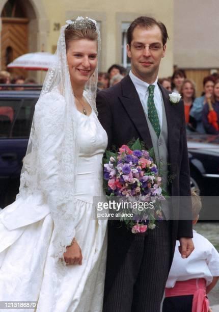 Prinzessin Desiree von Sachsen Weimar Eisenach und Reichsgraf Florian von und zu Hoensbroech posieren nach ihrer Trauung in der Barockkirche StGeorg...