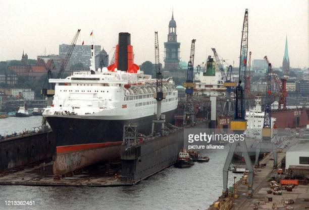 Das britische LusxusKreuzfahrtschiff Queen Elizabeth II liegt am im zweitgrößten Schwimmdock der Welt in der Werft Blohm Voss in Hamburg Der...