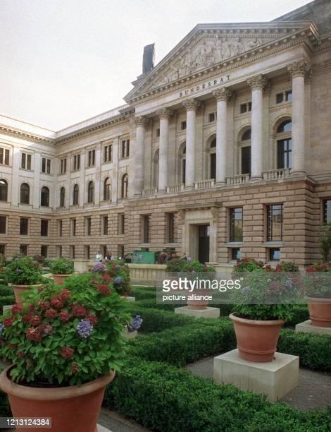 Das Bundesratsgebäude in Berlin am 2892000 dem Tag seiner feierlichen Eröffnung Der ehemalige Preußische Landtag im Stadtbezirk Mitte wurde in...