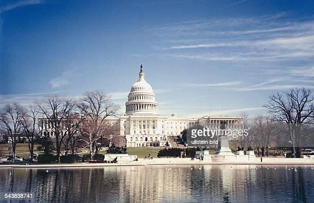 Das Capitol in Washington ist der Sitz des USSenats und des Kongresses Vor dem imposanten Gebäude befindet sich eine Parkanlage Auf einer künstlich...