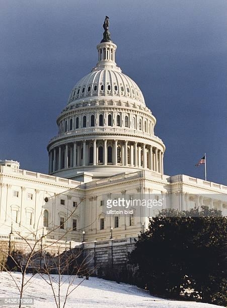 Das Capitol in Washington ist der Sitz des USSenats und des Kongresses Vor dem imposanten Gebäude befindet sich eine Parkanlage mit einer...