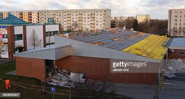 Das Dach des NettoSupermarktes in der Stralsunder Lindenallee wurde durch den Orkan Xaver am gegen 0030 Uhr abgerissen und auf die Fahrbahn...